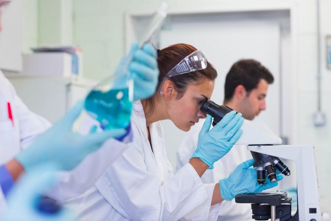 Técnicos de laboratorio manipulando material